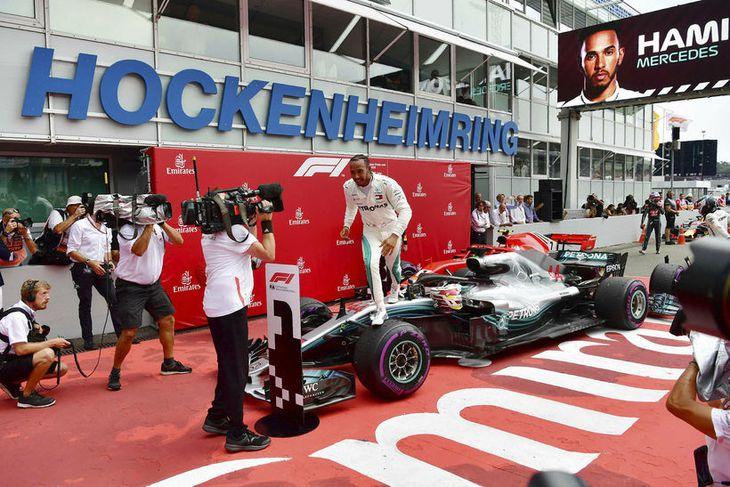 Lewis Hamilton fagnar sigrinum í Hockenheim.