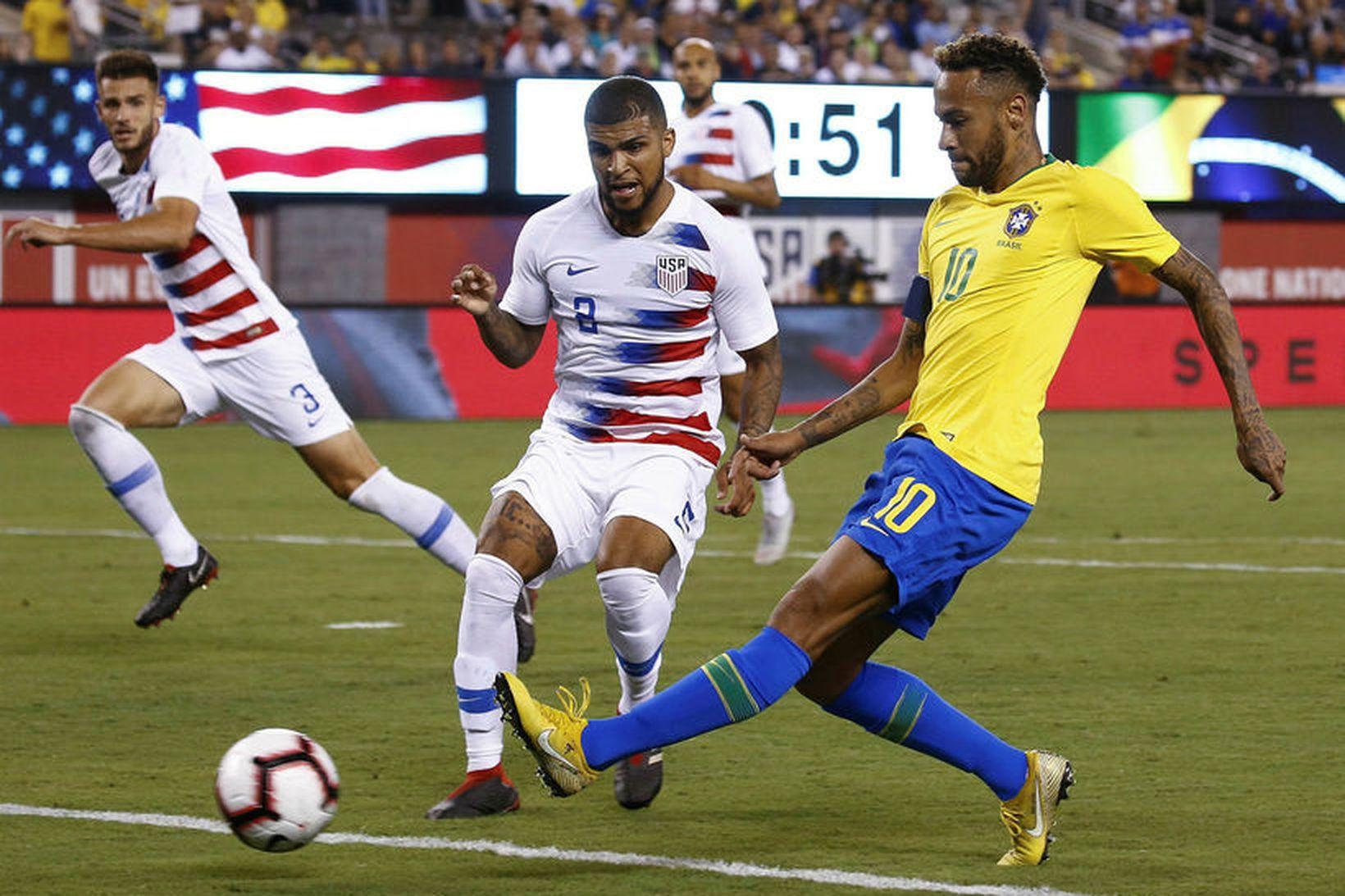 Bandaríkjamaðurinn DeAndre Yedlin sækir að Neymar í landsleik gegn Brasilíu.