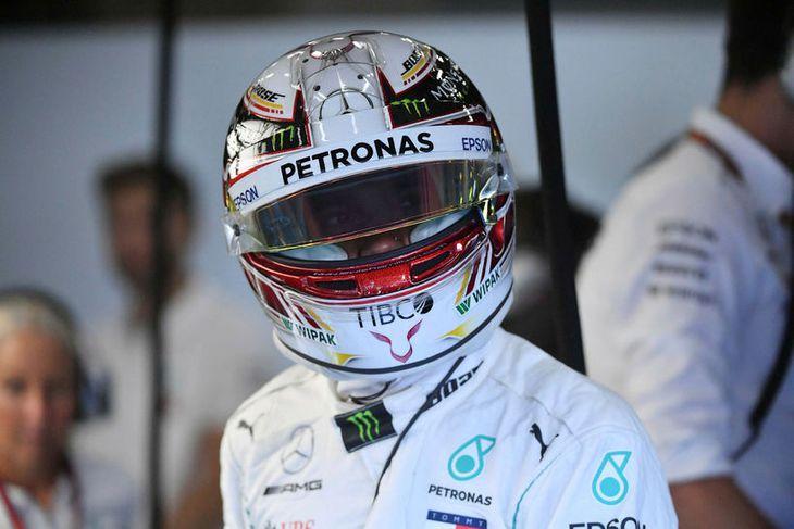 Lewis Hamilton í fullum skrúða í bílskúr Mercedes í Spa í dag.