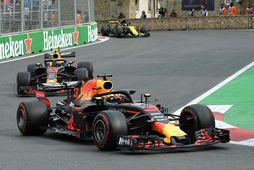Bílar Red Bull á ferð í Bakú, Daniel Ricciardo á undan Max Verstappen.