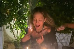 Nicole Richie kveikti í sjálfri sér þegar hún blés á kertin á afmæliskökunni.