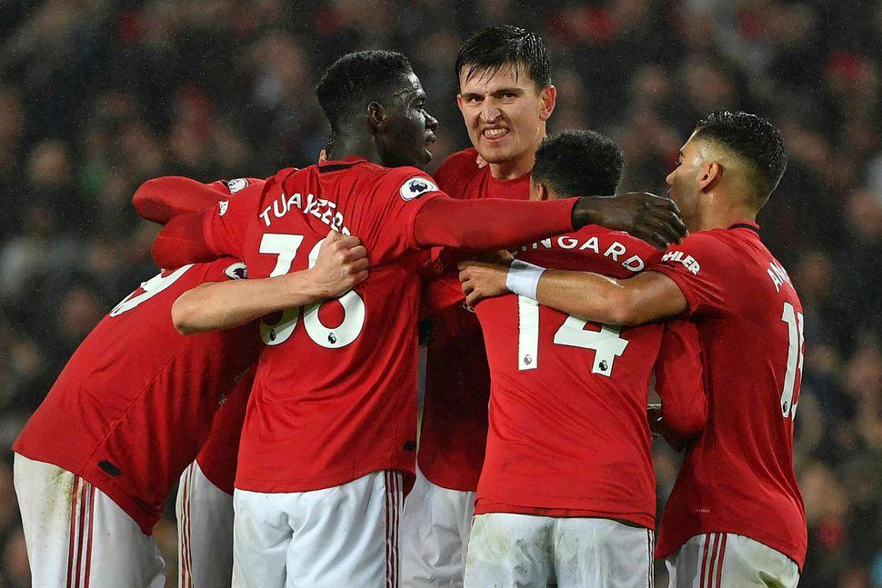 Manchester United fagnar marki gegn Arsenal á mánudagskvöldið.