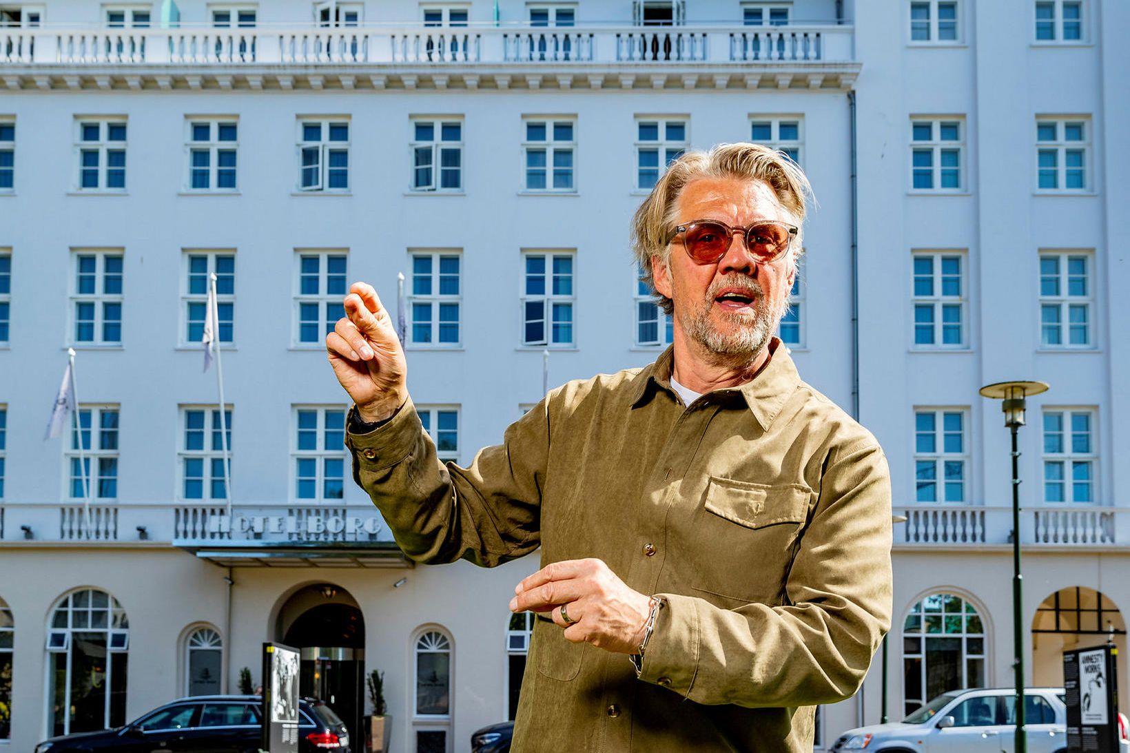 Helgi Björns fyrir utan Hótel Borg, en þaðan verður hann …