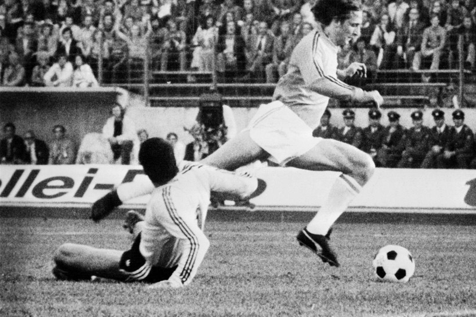 Johan Cruyff á fullri ferð í leik Hollands og Argentínu …