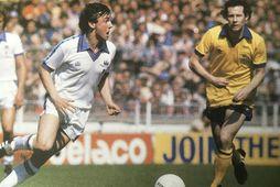 Paul Allen á fleygiferð í úrslitaleiknum 1980. Til hægri er Liam Brady.