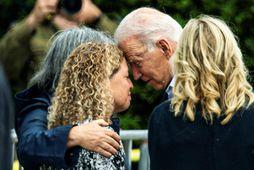Joe Biden og eiginkona hans Jill Biden hittu fjölskyldur íbúanna. Með þeim á myndinni er …
