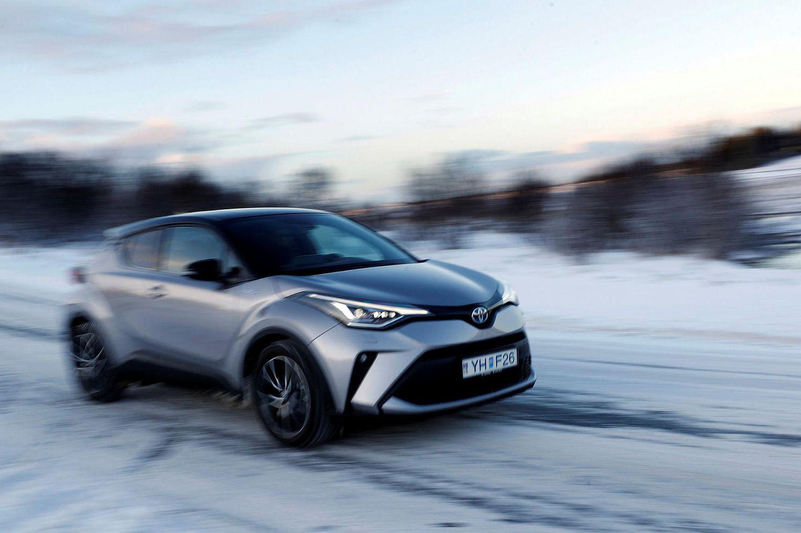 Toyota CH-R sker sig úr hvað útlit varðar og plássið …