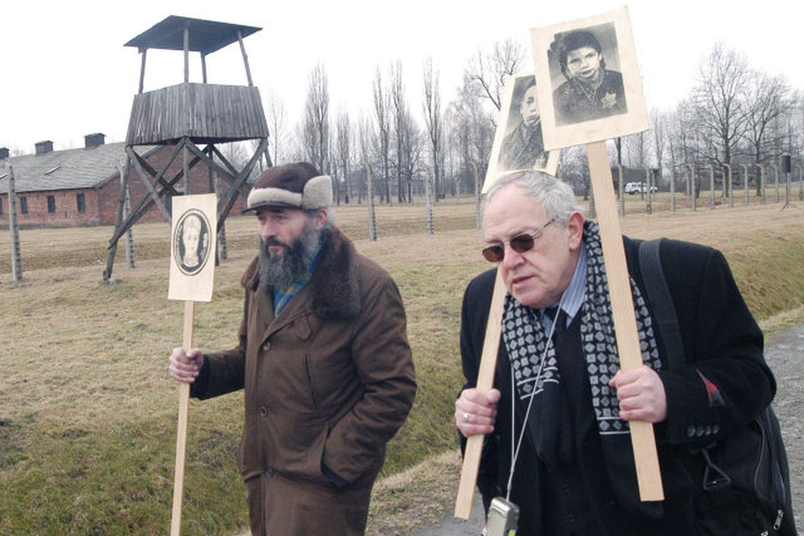 Pólskir gyðingar við útrýmingarbúðir nasista í Auschwitz.