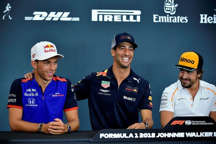 Daniel Ricciardo klappar arftaka sínum hjá Red Bull á öxlina á blaðamannafundi í Belgíu í ...