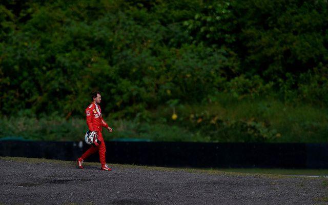 Sebastian Vettel gengur af vettvangi eftir árekstur við liðsfélaga sinn, Charles Leclerc.