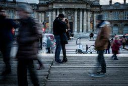 París er einn vinsælasti áfangastaður ferðamanna í heiminum. Par kyssist á brúnni Pont des Arts …