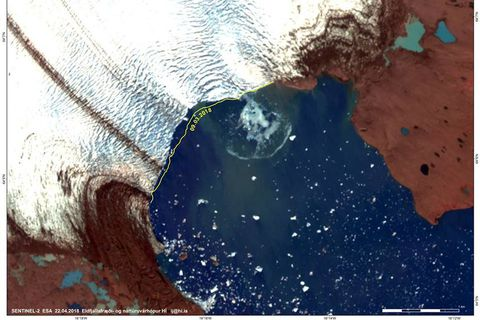 This photo shows an iceberg in teh lagoon just after the calving process. The iceberg is turning round and round causing a wave.