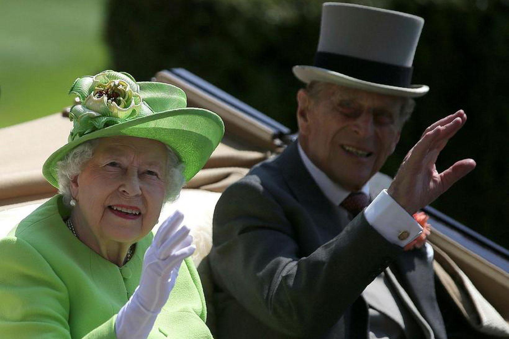 Elísabet drottning og Filippus prins halda til Skotlands í byrjun …