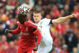 Jóhann Berg Guðmundsson og Naby Keita eigast við í leik Liverpool og Burnley í ágúst.