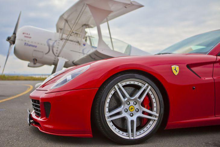 Pitts Monster sem tók sig vel út við hliðina á Ferrari 599GTB. Það er ekki ...