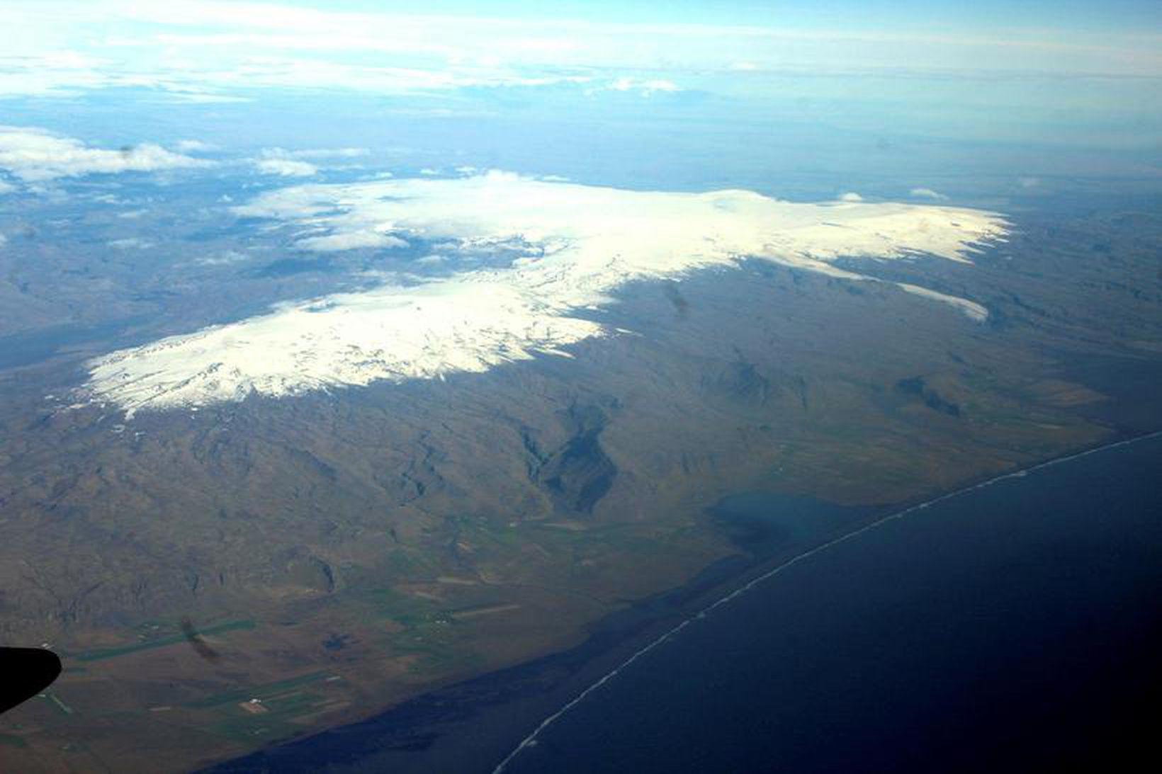 Mýrdalsjökull og Eyjafjallajökull. Mýrdalsjökull er fjær.