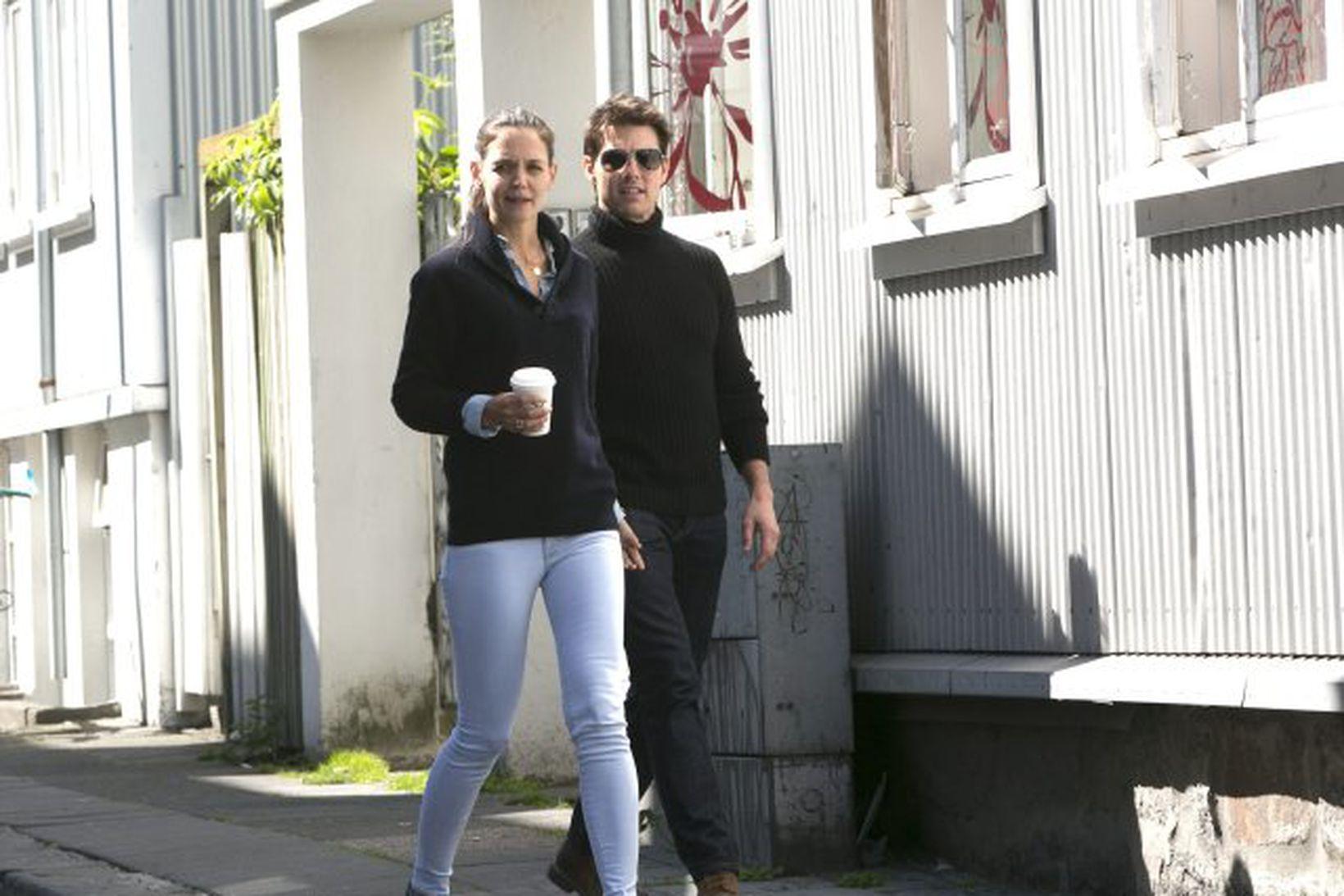 Kate Holmes og Tom Cruise á göngu í miðbæ Reykjavíkur.