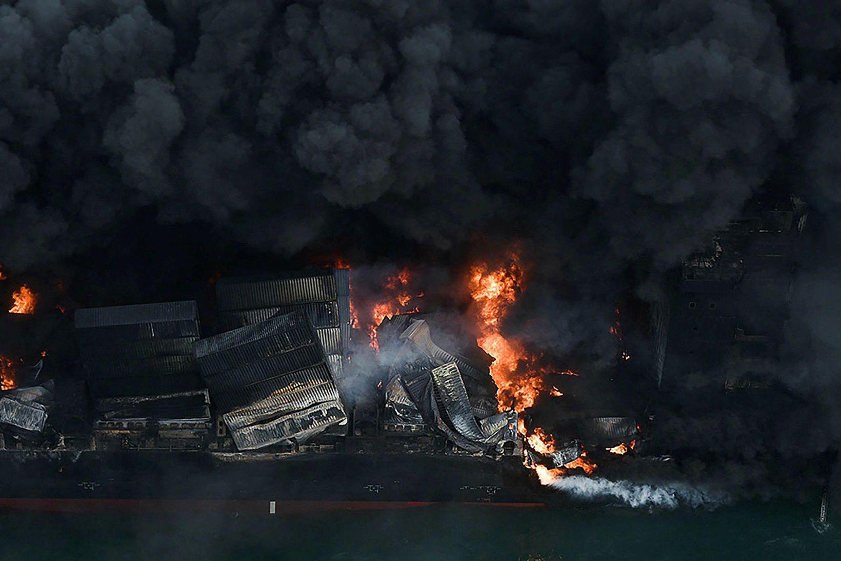 Skipið MV X-Press Pearl brann í tvær vikur áður en …