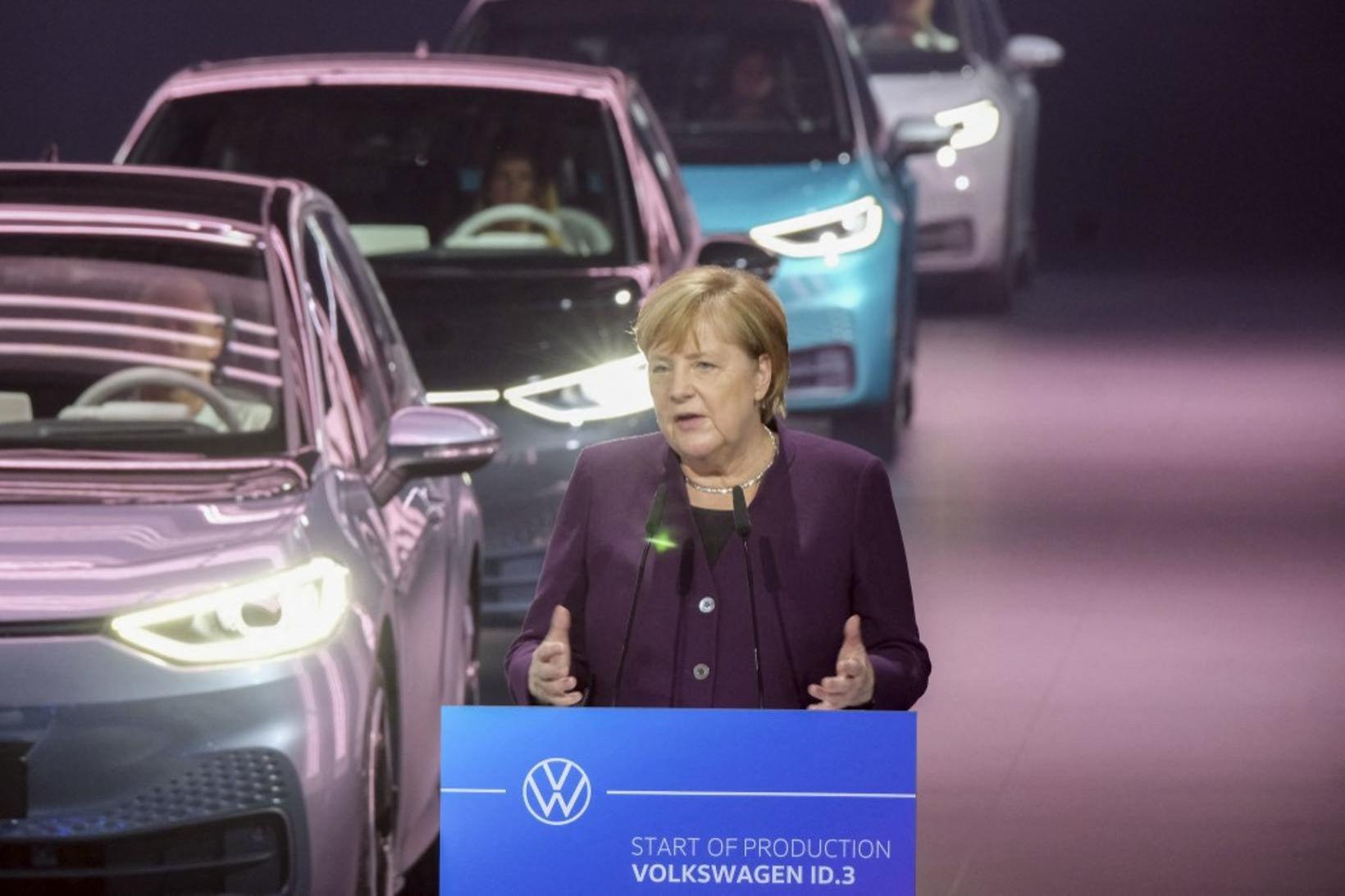 Merkel sendir nýjan rafbíl VW á götuna við athöfn í …