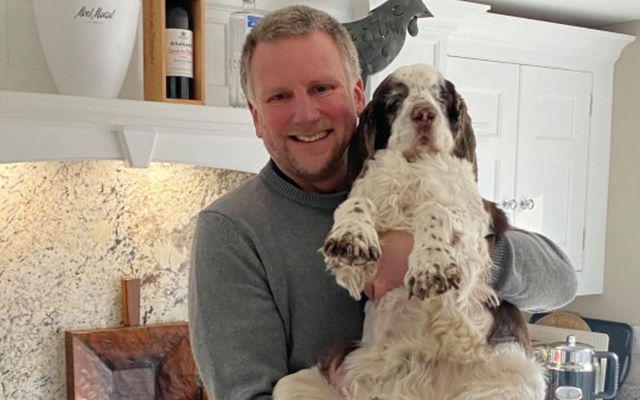 Curtis er aldraður english springer-spaniel hundur sem hefur margoft verið gómaður á myndavél, þar sem …