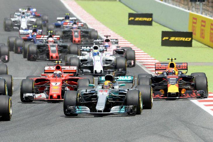 Vettel skaust í forystu á fyrstu metrunum. Hér vinstra megin við hann eru Lewis Hamilton ...