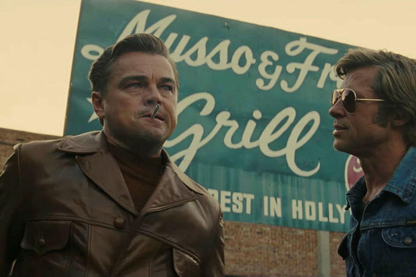 Stórstjörnurnar Leonardo DiCaprio og Brad Pitt í hlutverkum sínum í …