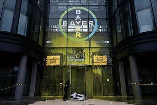 Skemmdarverk voru unnin á skrifstofum Bayer í París á dögunum af hópi mótmælenda. Mynd frá ...