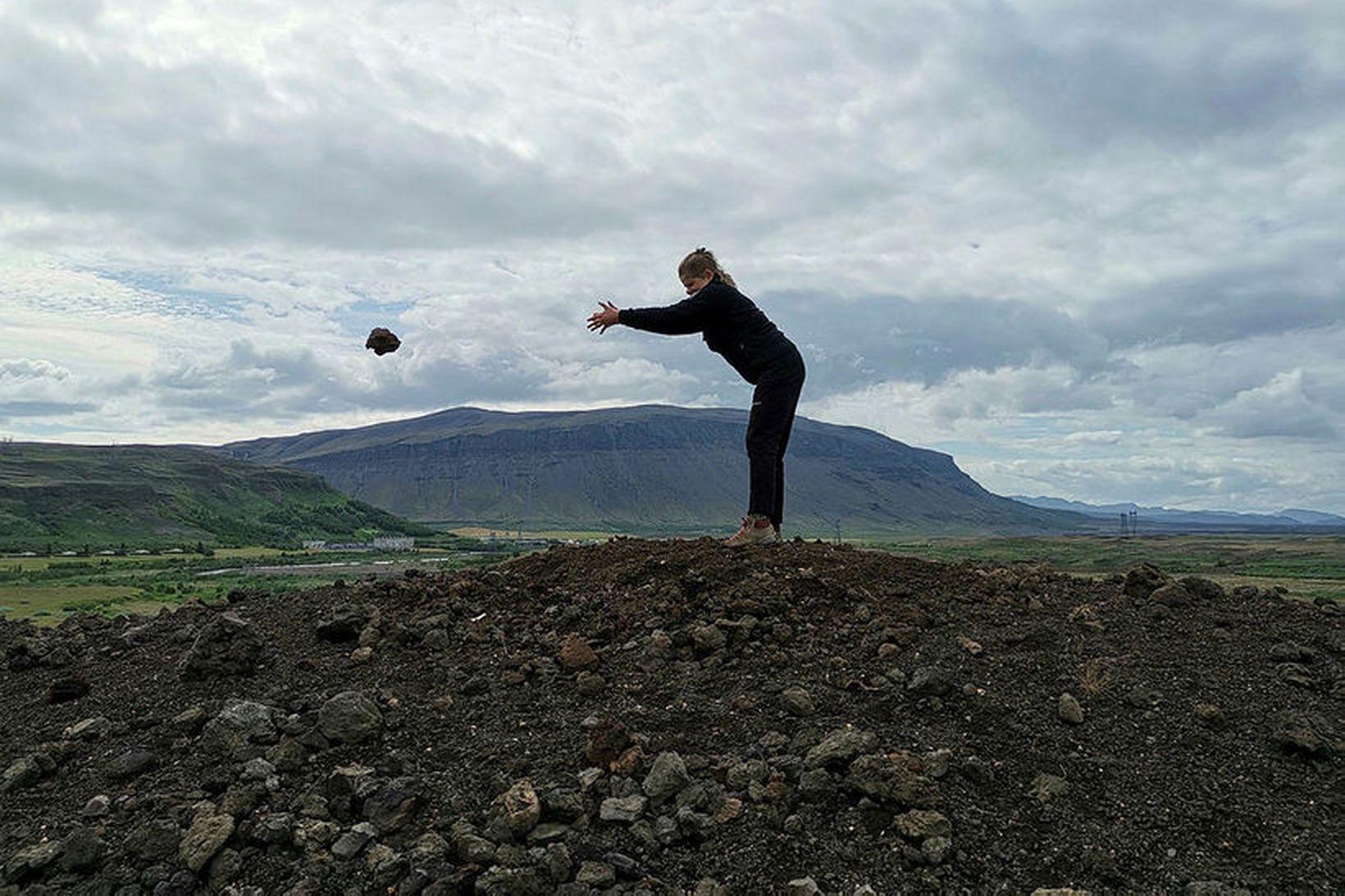 Landvörður fjarlægir steinahrúgu ferðamanna.
