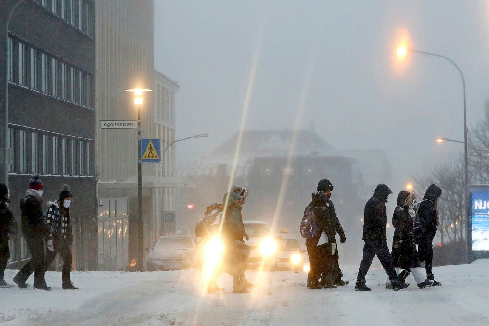 Fólk á ferðinni í miðbæ Reykjavíkur.