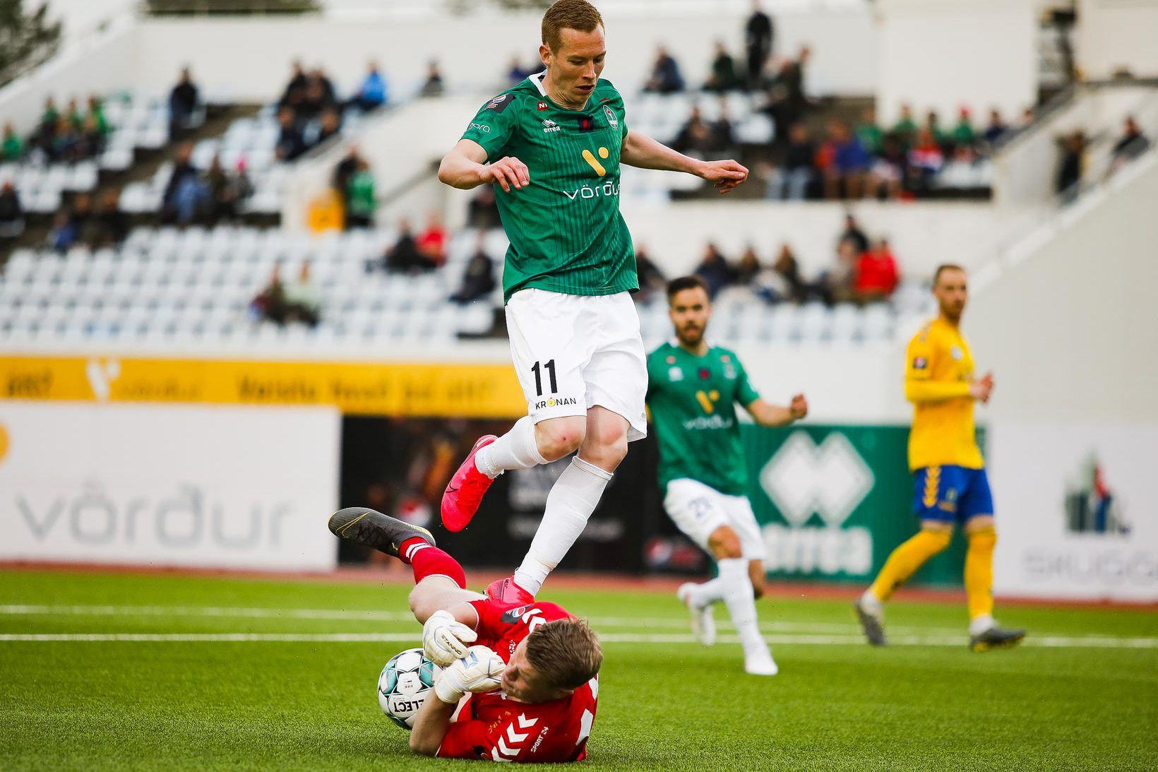 Blikinn Gísli Eyjólfsson stekkur yfir Atla Gunnar Guðmundsson markvörð Fjölnis …