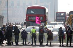 Umhverfissinnar valdir að umferðarhnút á Vauxhall brúnni í London.