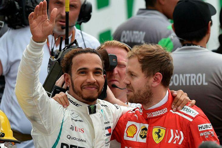 Sebastian Vettel (t.h.) samfagnaði með Lewis Hamilton (t.v.) eftir að sá síðarnefndi landaði heimsmeistaratitli ökumanna ...