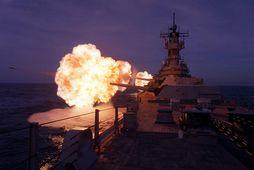 Eitt frægasta orrustuskip heims, USS Missouri, tók þátt í þremur stríðum. Hér sést það hleypa …