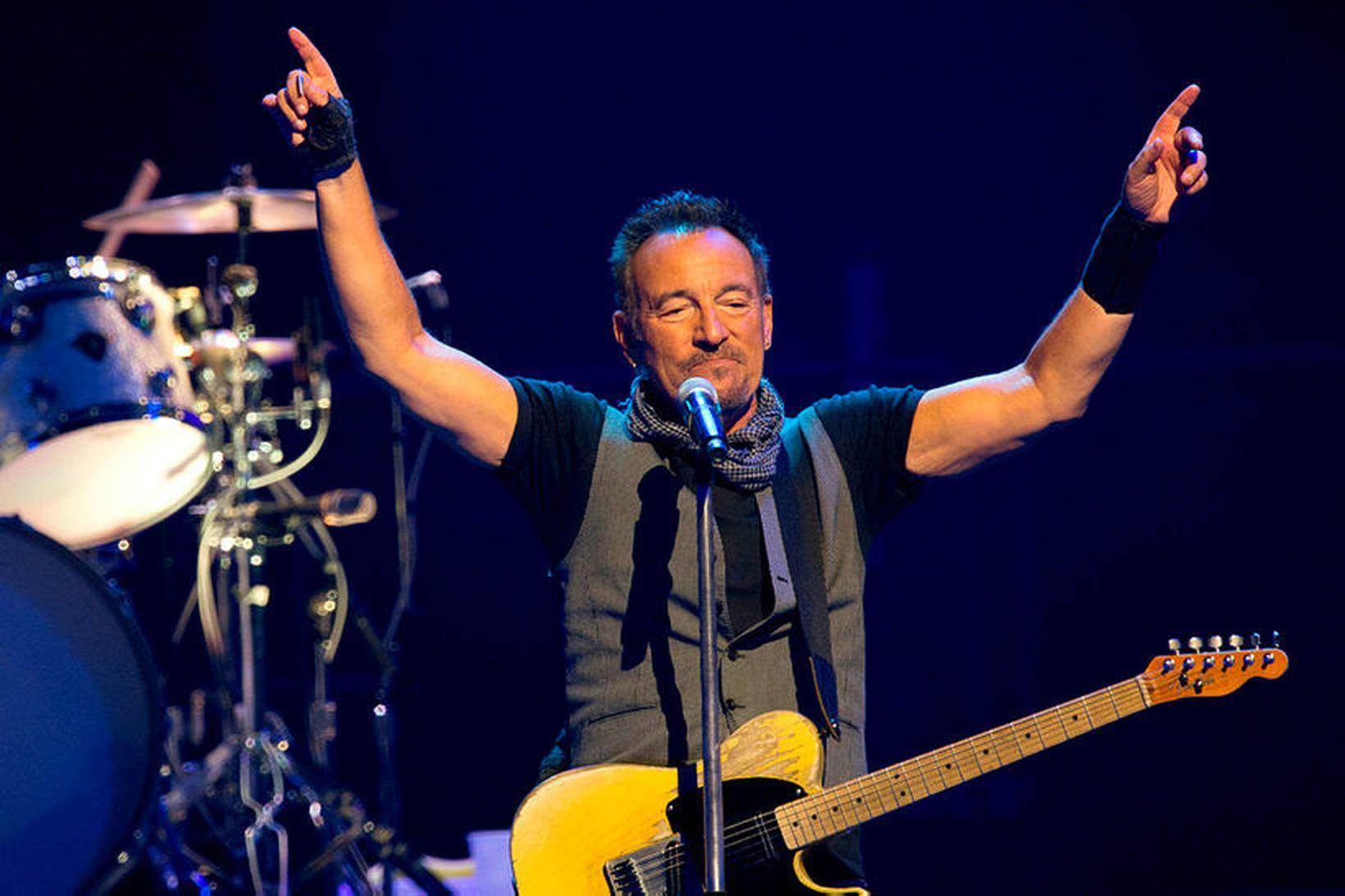 Bruce Springsteen á tónleikum í París árið 2016. Hann gefur …