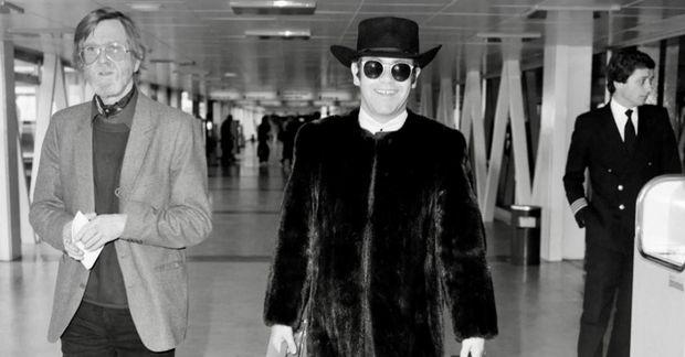Elton John var alltaf vel til hafður á flugvöllum.