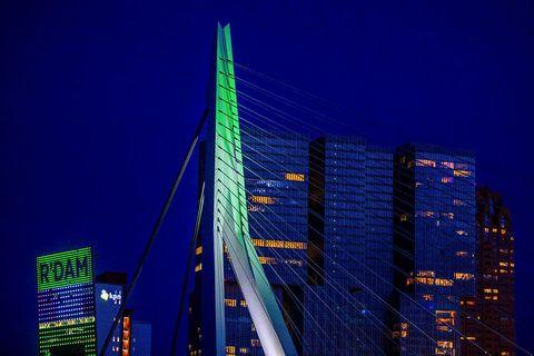 Erasmus-brún í Rotterdam skartaði fallegum litum eftir að tilkynnt var að Euroivision-færi fram í borginni ...