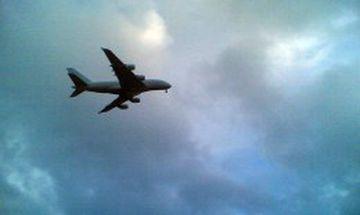 A380 flugvélin á flugi yfir Keflavíkurflugvelli í dag.