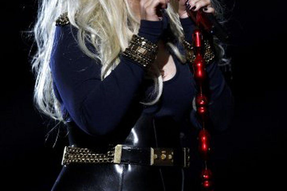 Christina Aguilera skipti svo yfir í kjól þegar hún kom fram i annað skiptið.