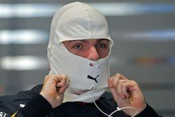 Max Verstappen skrýðist fyrir akstur í Interlagosbrautinni í Sao Paulo.