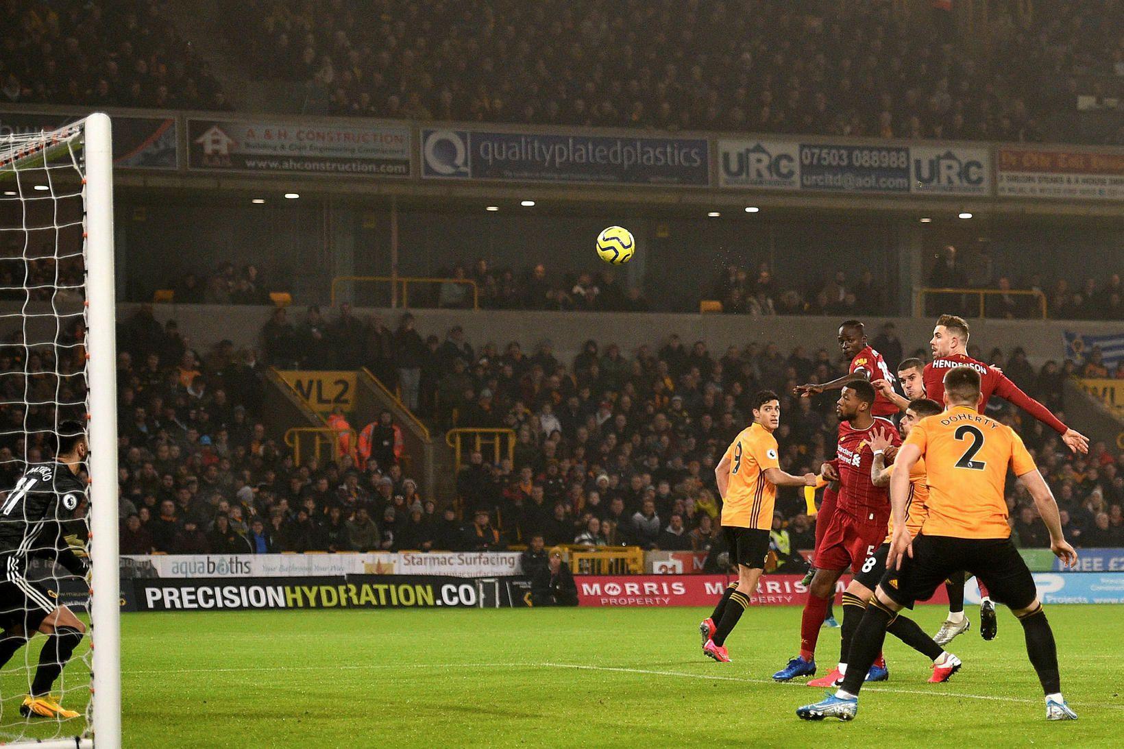 Jordan Henderson kemur Liverpool yfir með skalla á 8. mínútu …
