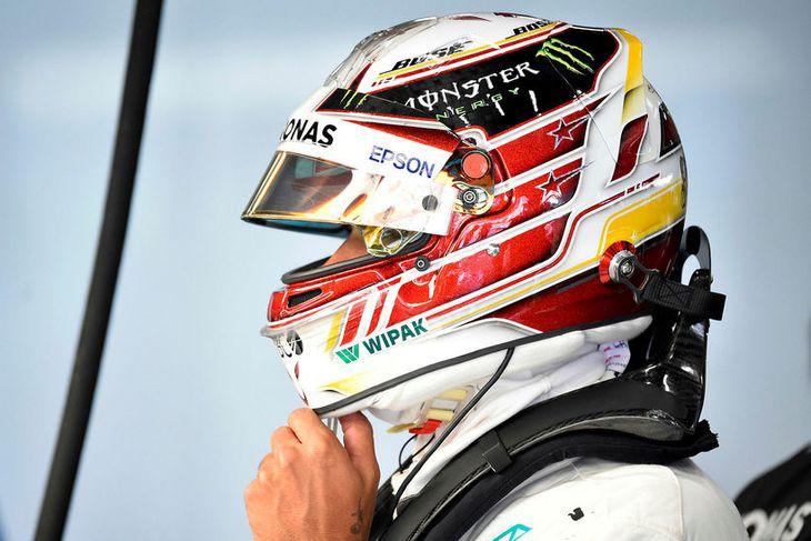 Lewis Hamilton skellir hjálminum á sig fyrir nýja aksturslotu á æfingunni í Spa í morgun.