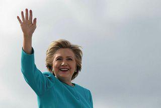 Clinton veifar til kjósenda á alþjóðaflugvellinum í Miami.