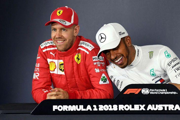 Lewis Hamilton (t.h.) og Sebastian Vettel gantast á blaðamannafundi að tímatökunni í Melbourne lokinni.