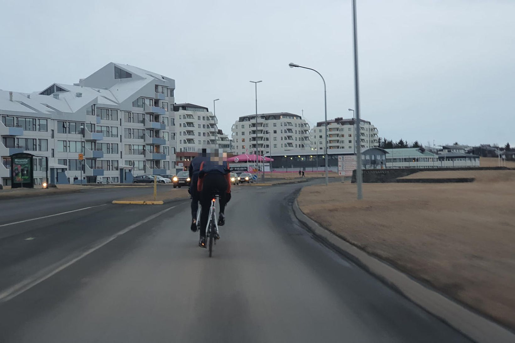 Þar sem leyfður hámarkshraði er 50 km á klst. á …