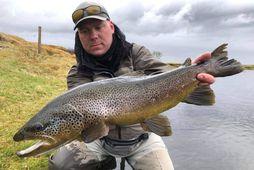 Aron Jarl með 66 sentímetra fisk úr Stöðvarhyl í Minnivallalæk.
