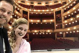 Mikael og kona hans, Elma Stefanía Ágústsdóttir leikkona, á sviðinu í Burgtheater skömmu fyrir sýningu. ...
