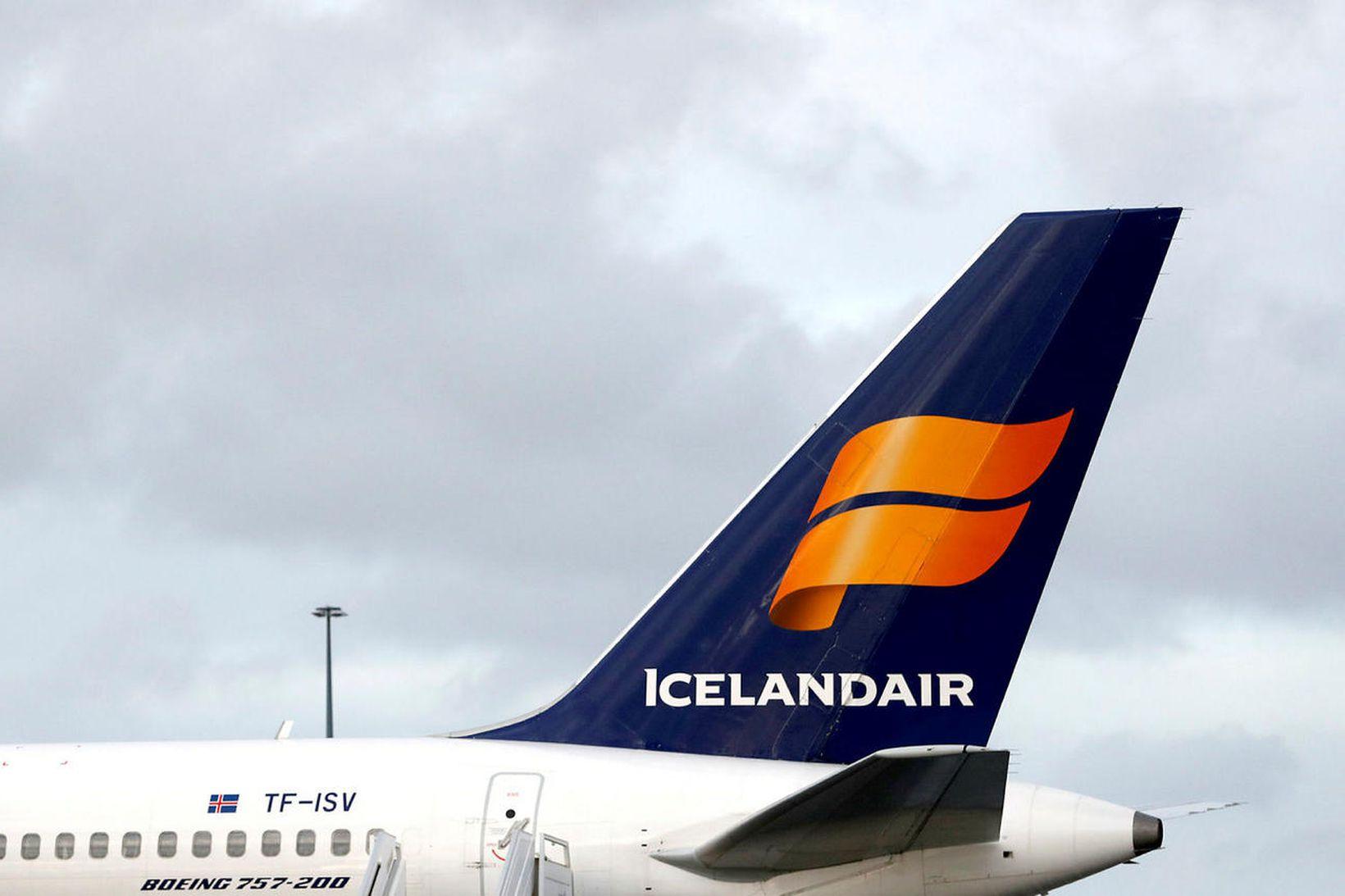 Bréf Icelandair lækkuðu nokkuð við opnun markaða í morgun.