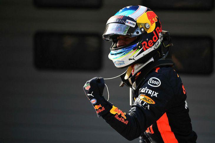 Daniel Ricciardo fagnar sigri í Sjanghæ.