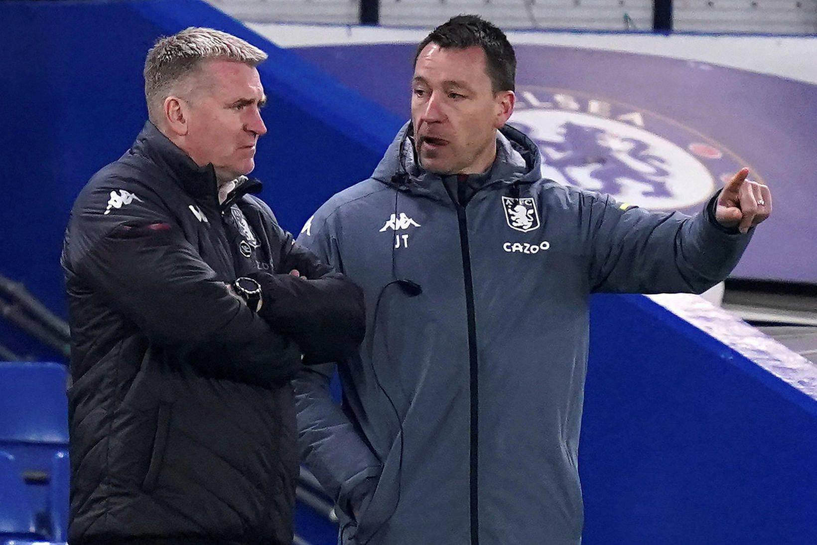 John Terry, til hægri, ásamt Dean Smith, knattspyrnustjóra Aston Villa.