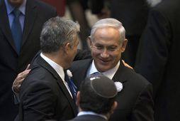 Netanjahú (til hægri) og Yair Lapid, formaður Yesh Atid.
